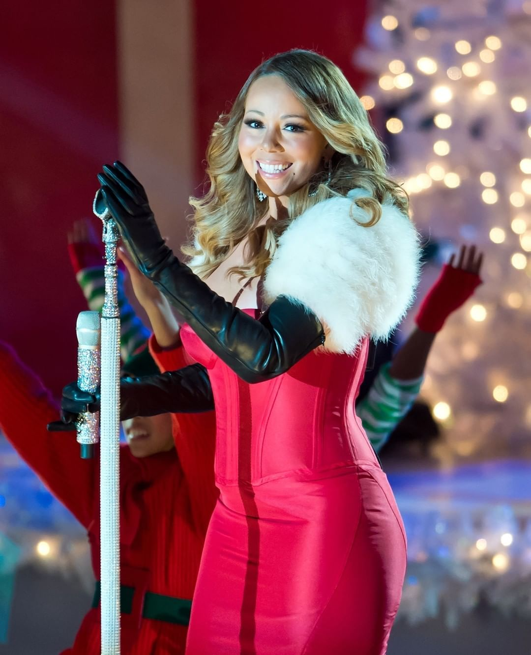 33 4 Mil Curtidas 265 Comentarios Billboard Billboard No Instagram It S Official Mariahcarey S All I Want For Christmas Is You Re Enters The Hot100