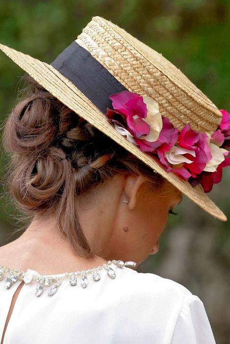 El canotier tendencia en cuanto a tocados para invitadas. Te contamos en  qué tipo de boda se pueden utilizar y con qué peinado te sentará mejor. 991f55509e5a