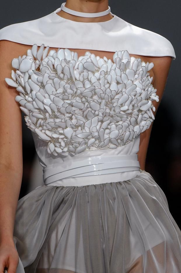 Stephane Rolland Haute Couture Spring 2013 (Details) Haute Couture blog :)…