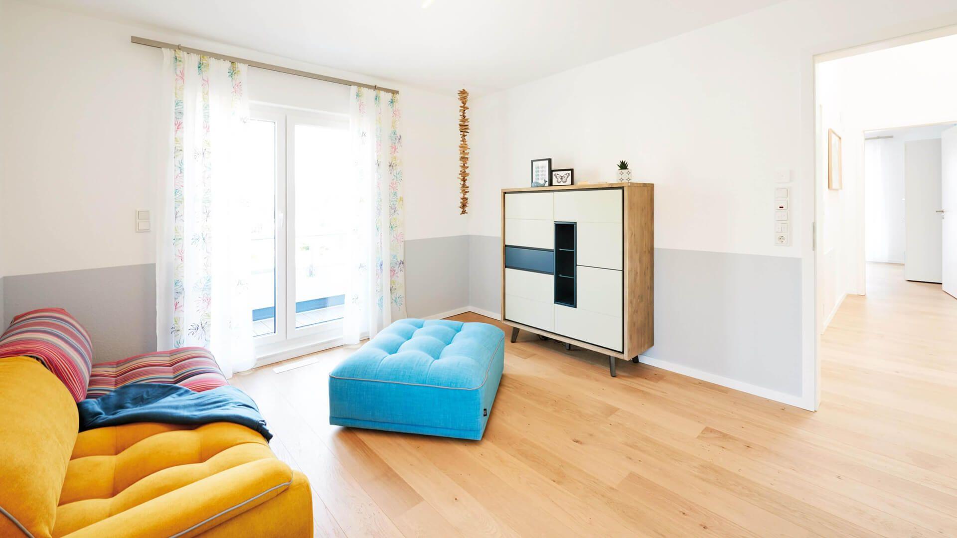Heller Holzfußboden ~ Jugendzimmer heller holzfussboden gelb gemusterte couch