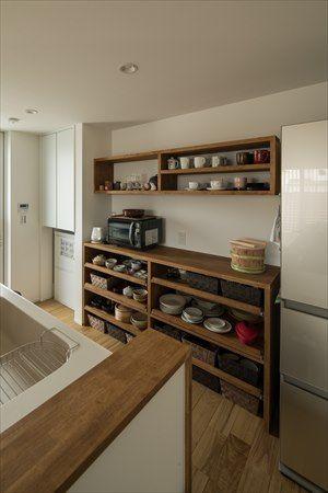 オーダーメイドの魅せる食器棚 収納するものに合わせた棚板の高さ