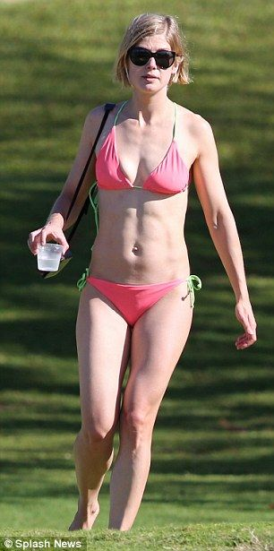 rosamund pike, 35, shows off her sculpted abs as she hits the, Hause deko