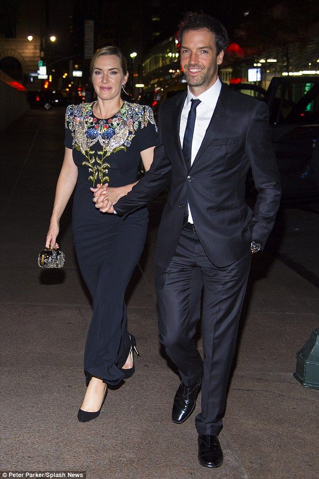 Kate Winslet Walks Hand In Hand With Husband Ned At Nyff Premiere Kate Winslet White Top And Blue Jeans Celebrity Style