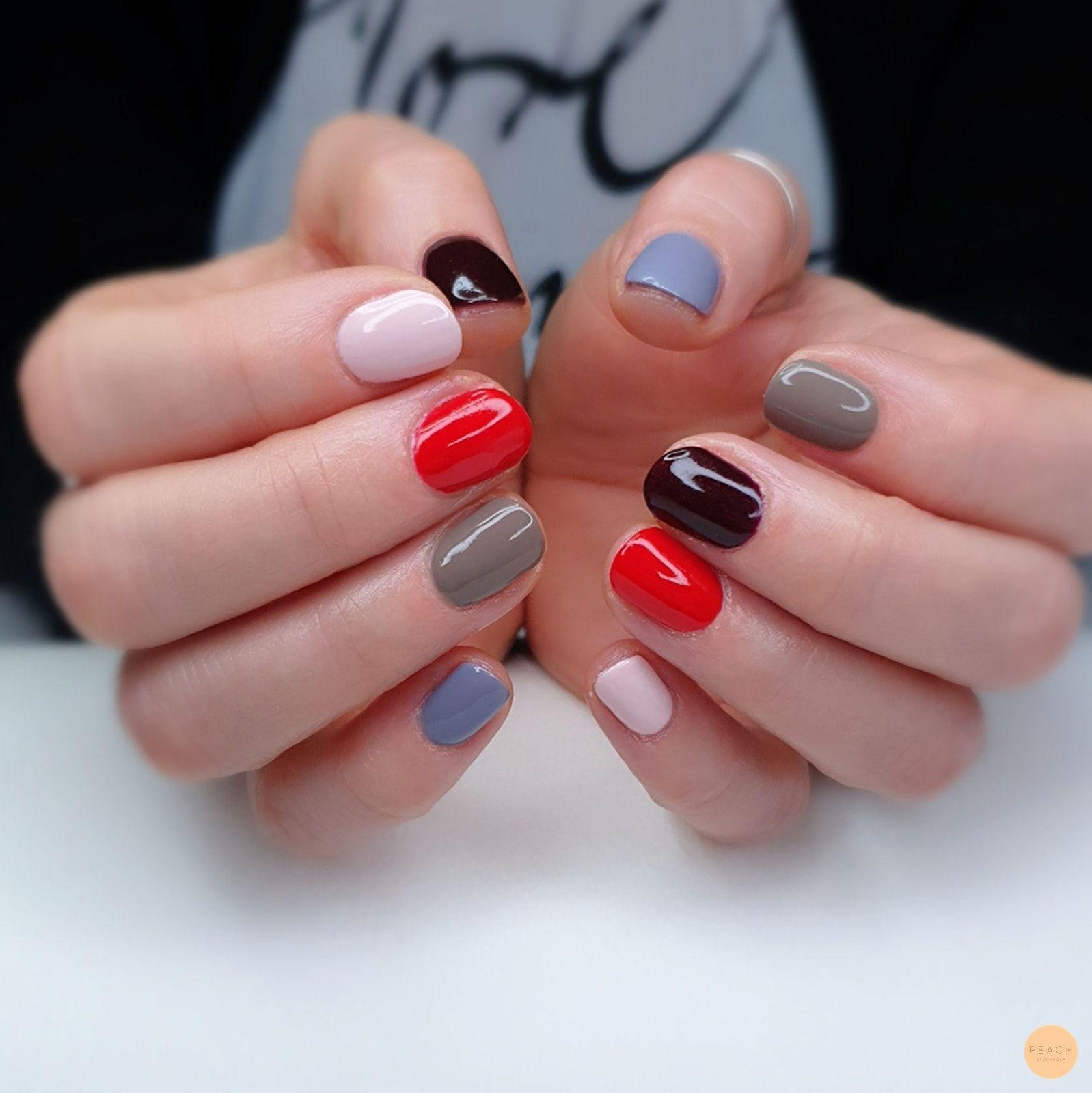 olika färger på naglarna