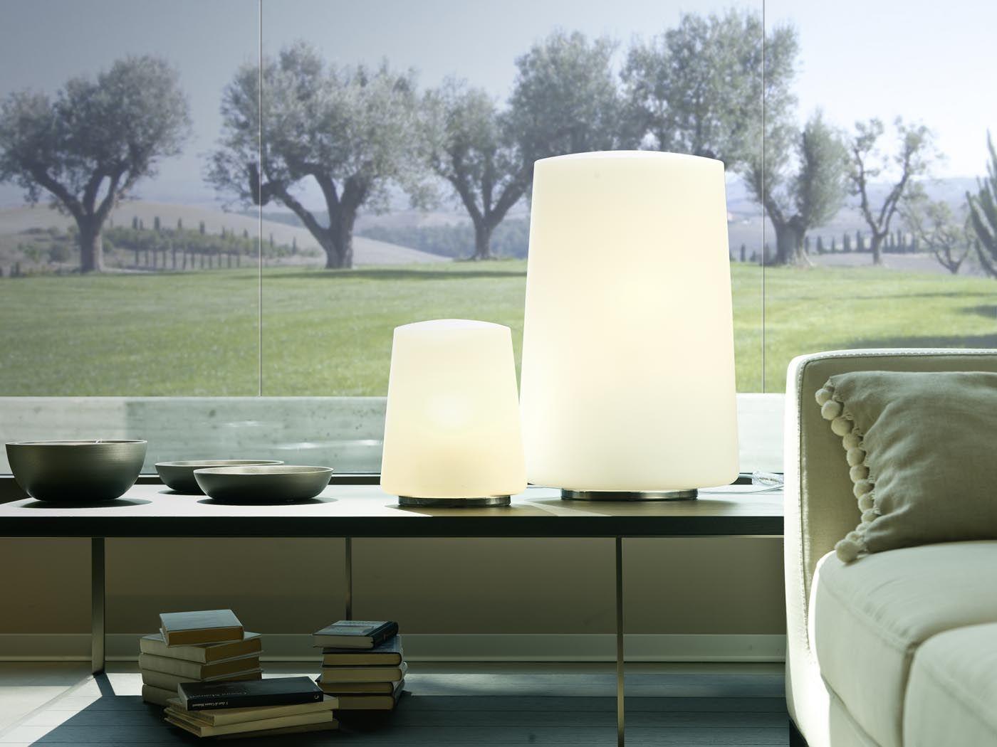 Polar, lampada da terra e da tavolo è stata progettata da Umberto Asnago. Minimale ma non minima, la forma ovale propone un'immagine essenziale. Questa collezione realizzata completamente in vetro soffiato opalino bianco si fonde armoniosamente nell'ambiente creando una perfetta illuminazione.