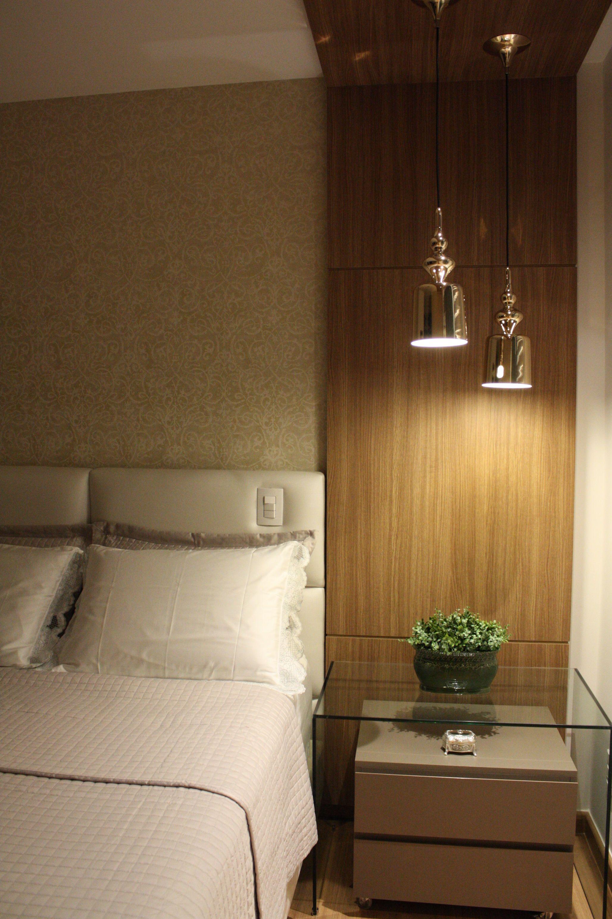 criado mudo de vidro; pendentes dourados; painel de madeira; cabeceira estofada.  Apartamento MB - Florais Residence por ÍCONE Arquitetura