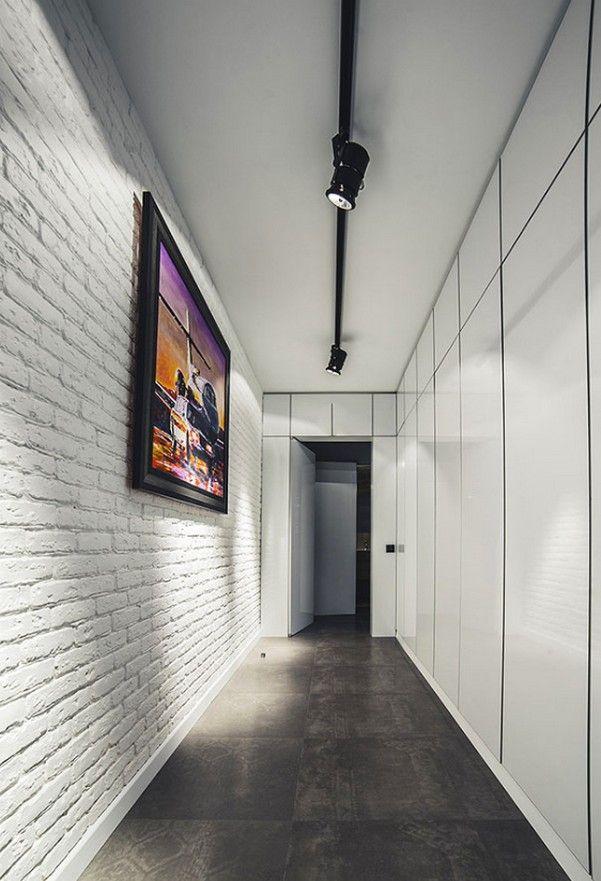Простой дизайн коридора с белыми кирпичными стенами
