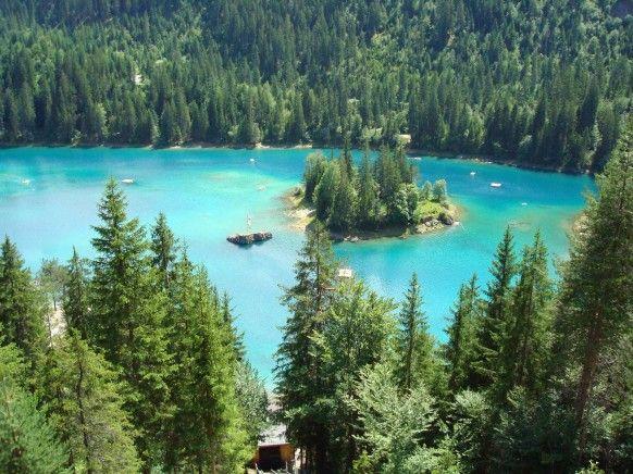 Lag la Cauma – Caumasee im Flimser Grosswald ist eine kleine märchenhafte See mit türkisgrünem Wasser. Der See ist vom unterirdischen warmen Wasserquellen gespiesst. Ein Bad in diesem fast wie eine Blaue Lagune aussehenden See wirkt sehr erfrischend für vielen Wanderer. Ab Mai bis Oktober ist auch Strandbad Restaurant im Betrieb und so kann man mitten in Natur voll relaxen. Manchmal im April – Mai, wenn noch nicht voll mit Wasser gefüllt ist, kan man zu Fuss auf der Insel spazieren gehen