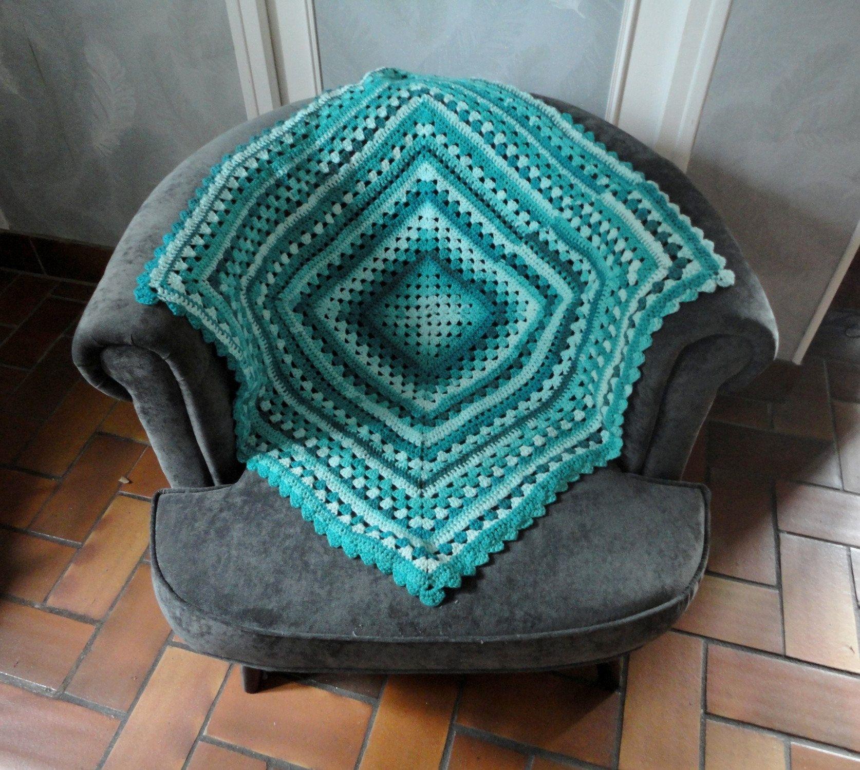 Plaid Au Crochet Bleu Turquoise Couverture Granny Dessus De Canape Carre Grand Mere Crochet Crochet Hats Crochet Blanket