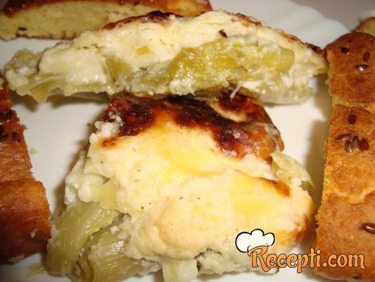 Recept za Praziluk u bešamel sosu. Za spremanje predjela neophodno je pripremiti parziluk, maslac, brašno, mleko, so, začin, beli luk, trapist.