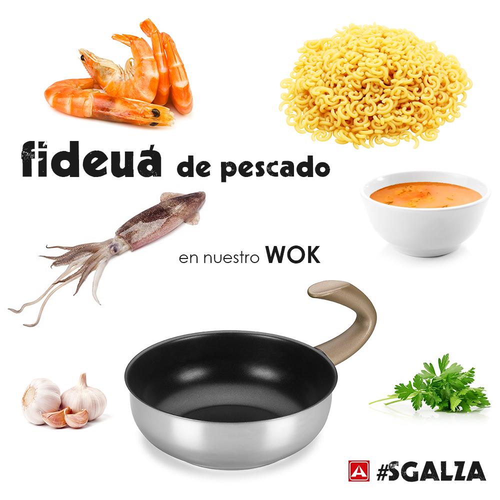 Pon a calentar el wok sin aceite y tuesta los fideos ligeramente. Sacar y reservar.  Dora unos ajos, saltea los calamares y reserva. Haz lo mismo con los langostinos.  Vuelve a poner los fideos en el wok y cubre con el caldo de pescado. Cocer 10min. Añade los calamares y langostinos, rectifica de sal y deja 2min. Da un último toque con perejil.