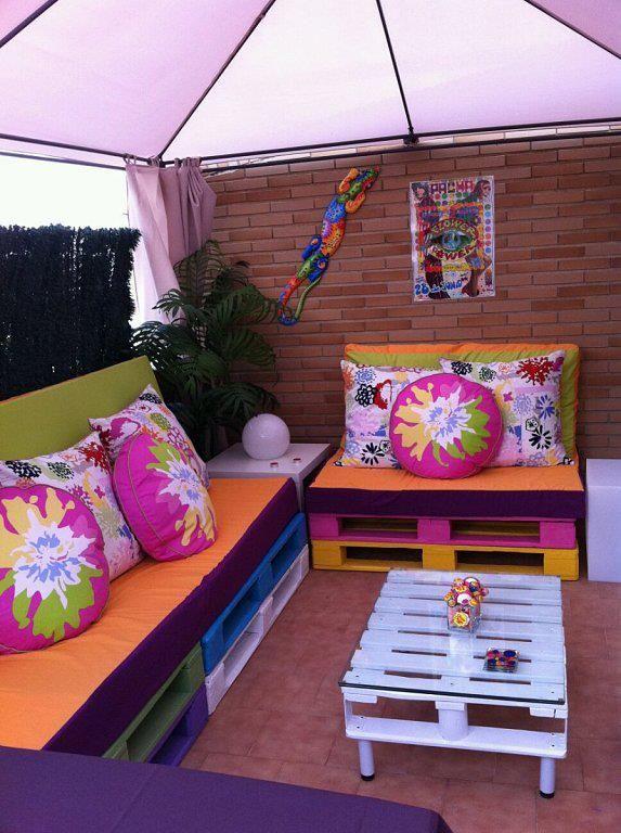 Palettenmöbel selber bauen balkon bunt gestrichen sofa couchtisch
