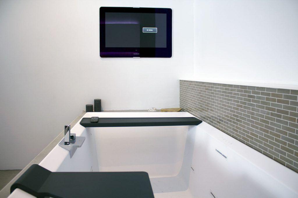 Ligbad met whirlpool mat wit en badkamer tv luxe badkamer