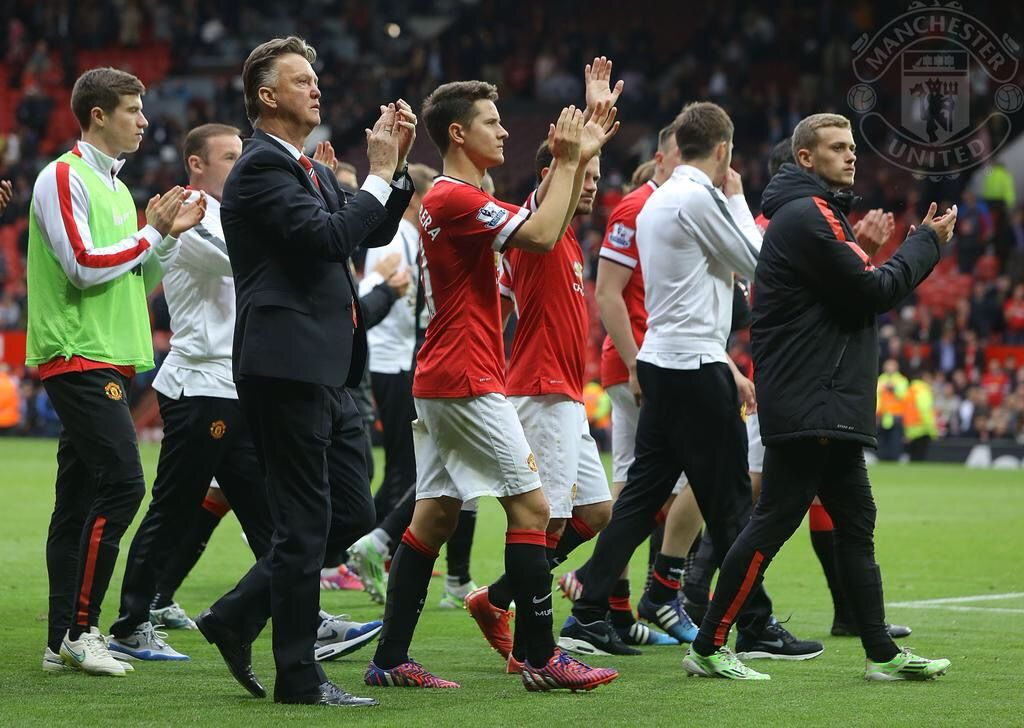 Louis van Gaal and the #mufc players thank the OT crowd after today's final home game of the season. 17.5.2015