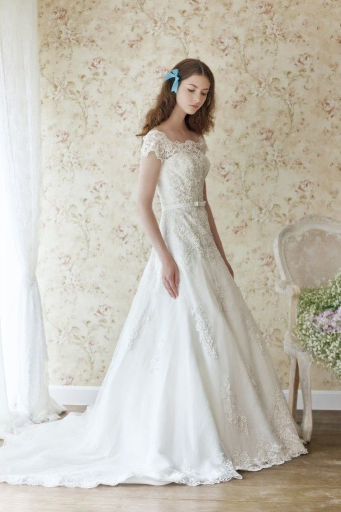 This elegant \'Huberta\' gown designed by Atelier Lyanna is brand new ...