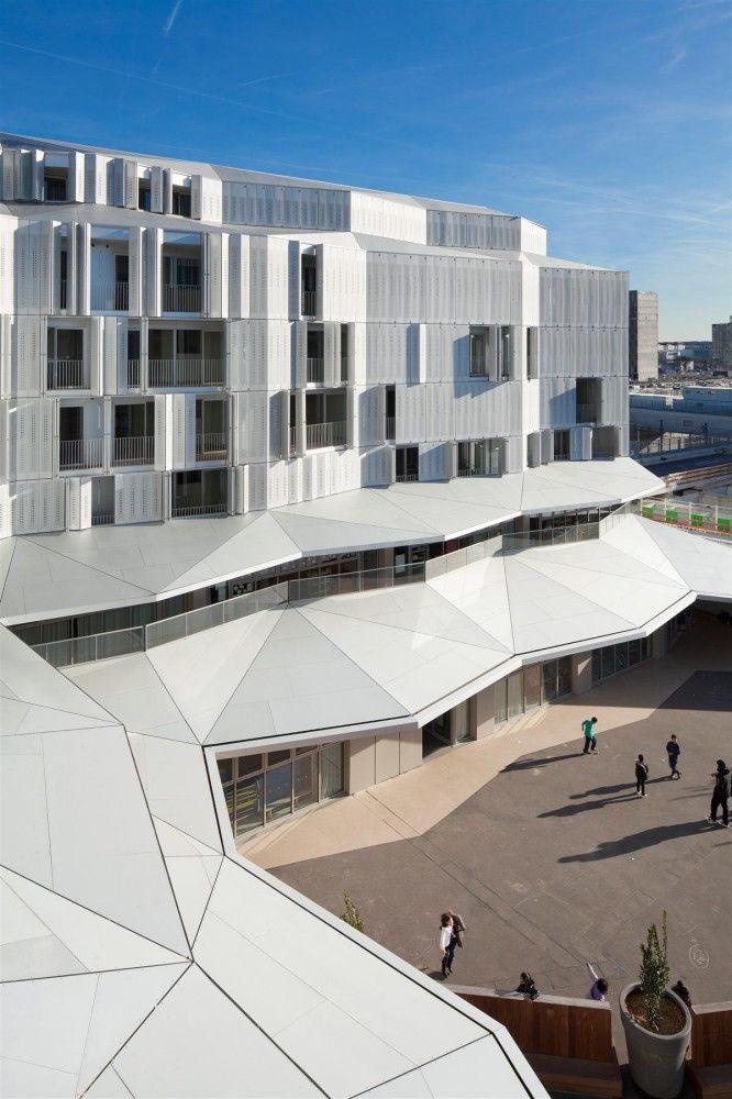 Mas edificios con carpintería translucida continua, plegable tipo acordeón. M9-C Building / BP Architectures
