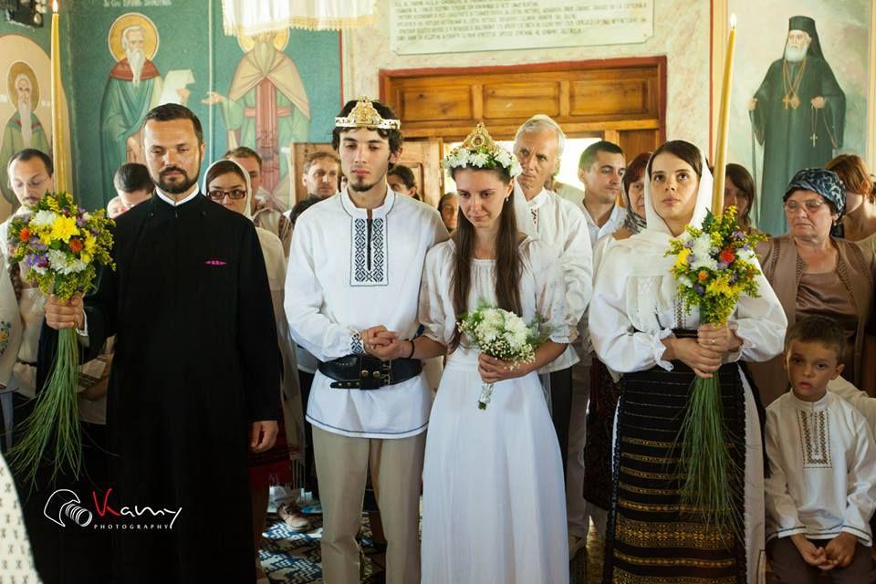 Slujirea preotesei: simplitate + dragoste + costume populare = o nuntă ca în povești