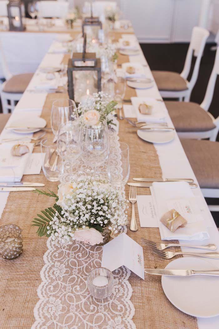 Tischläufer aus Spitze und Hanf für einen Strandhochzeitsempfang. Credits im Kommentar. – Holz Tisch DIY