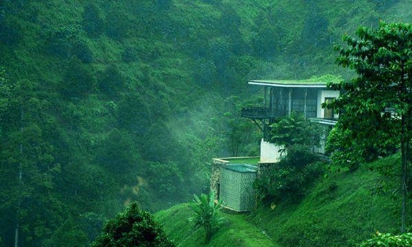 Casabrina Vacation Villas  Lot 1460, Jalan Tras, Mukim Tras, 27600 Raub, Pahang Darul Makmur, Malaysia  清晨里,雾气弥漫在空气中,造就一幅又一幅自然景观!  位于彭亨州劳勿,属于六星级豪华度假村,目前只有2座独特的别墅,而另外9座还在开发中。度假村被茂密的原始森林包围,让游客沉浸在既豪华又充满大自然的环境中。