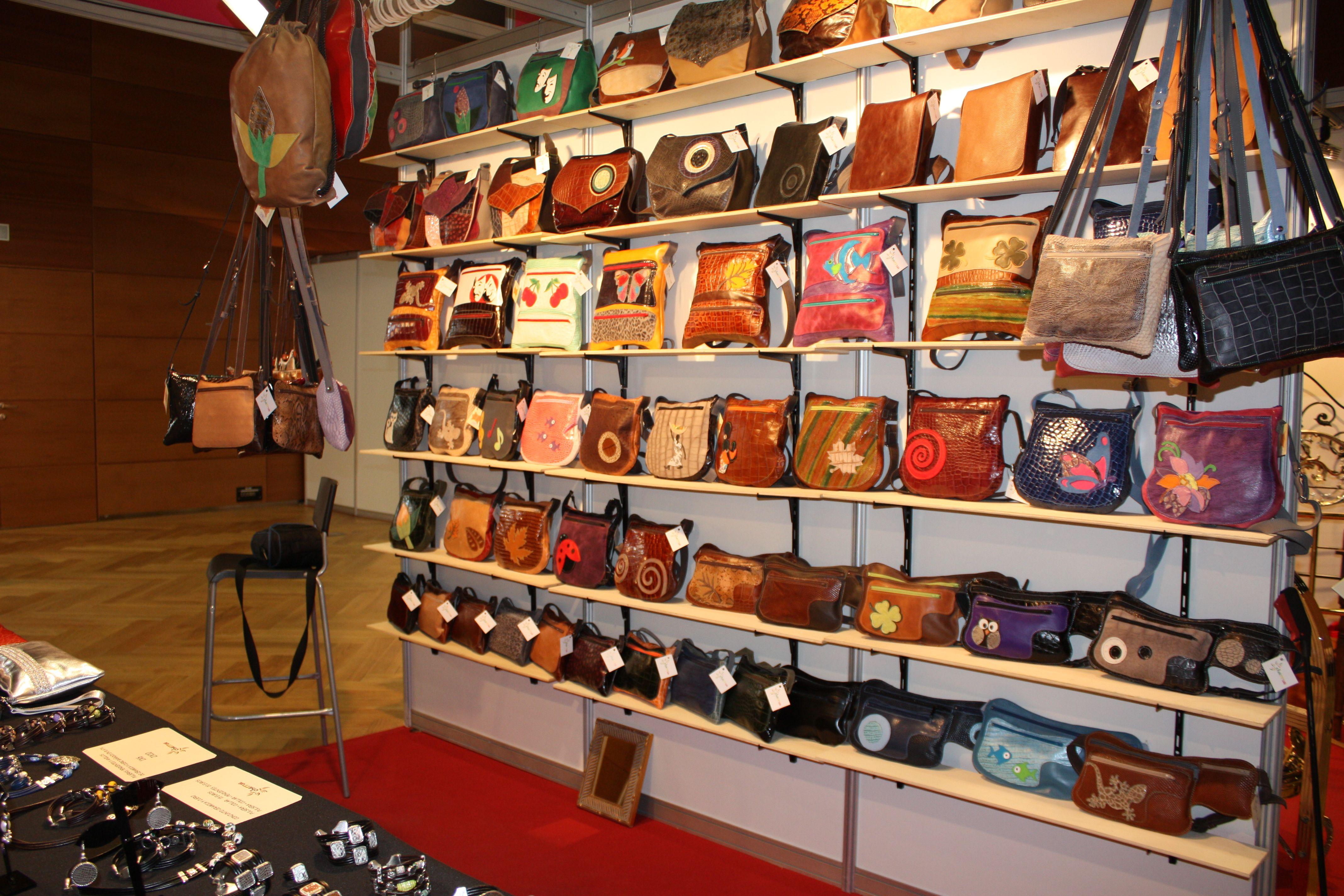 Nuestros modelos de bolsos expuestos en nuestro stan de Farcama