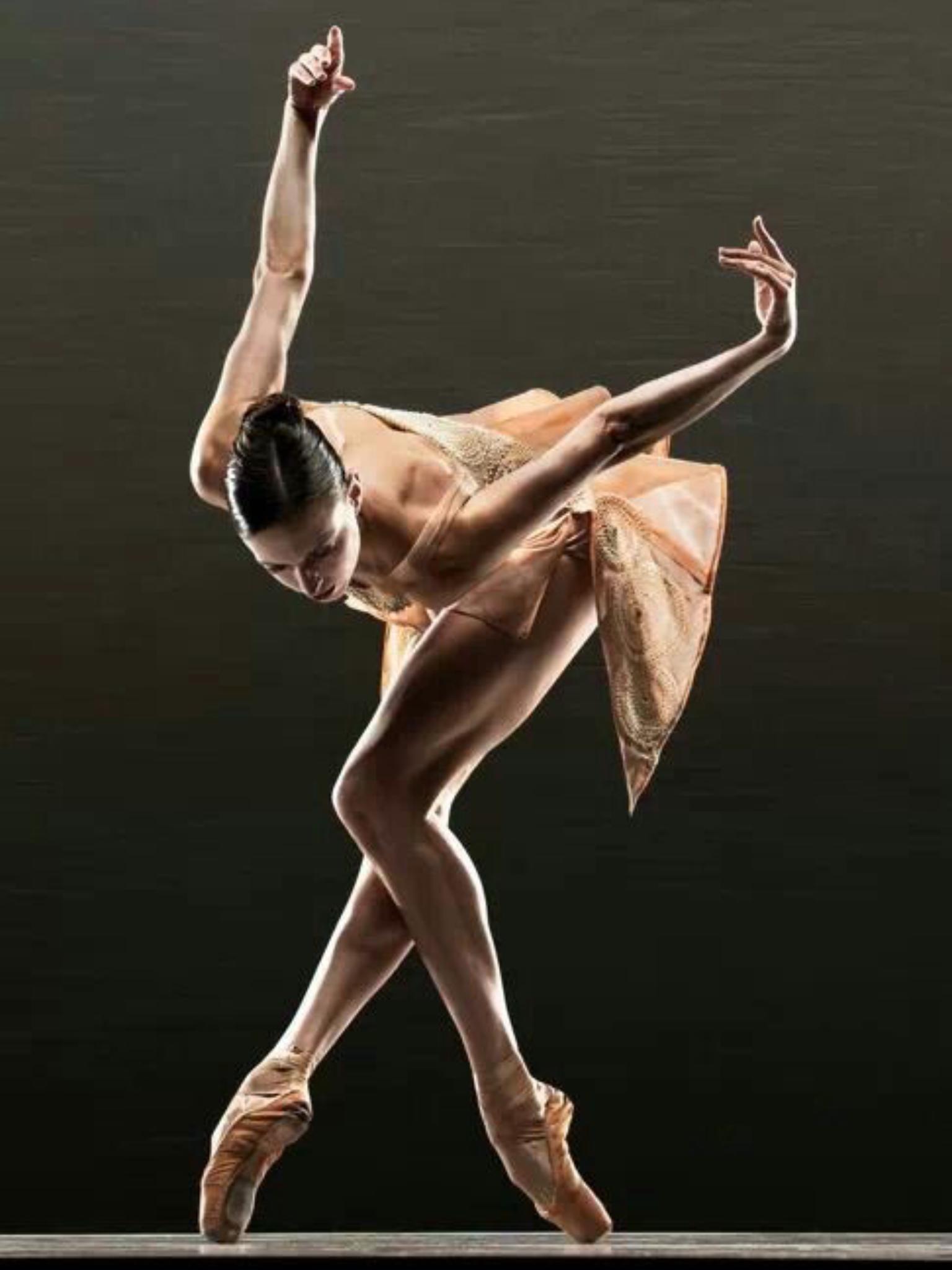 балерины в смешных позах поздним летним