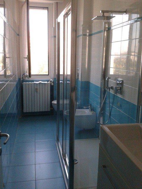 Risultati immagini per bagni lunghi e stretti con doccia  casa  Pinterest  Interiors