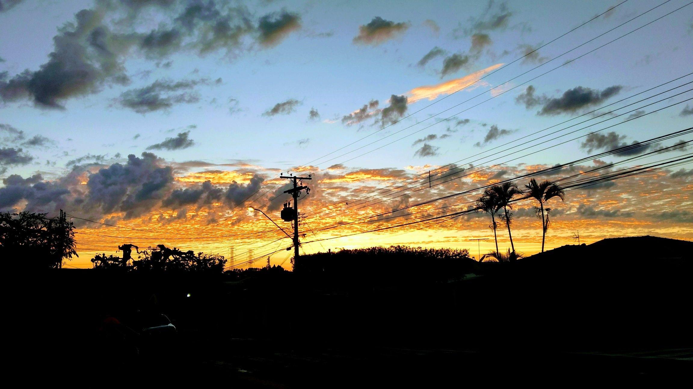 """""""um lindo nascer do sol"""". Foto com as cores corrigidas pelo Google."""