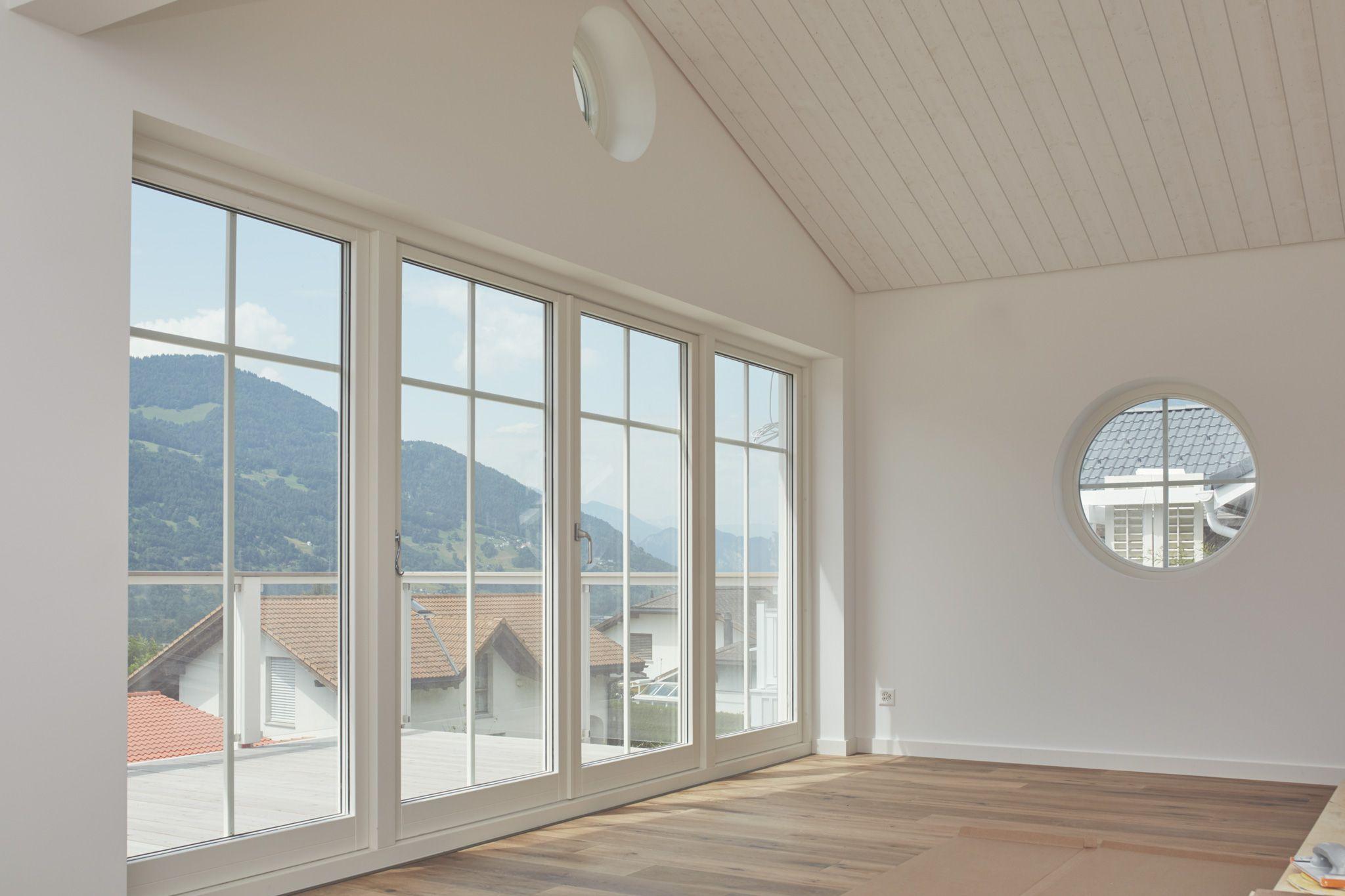 Fensterfront wohnzimmer ~ Weiss vertäfelte kathedraldecke und rundes fenster geben einen