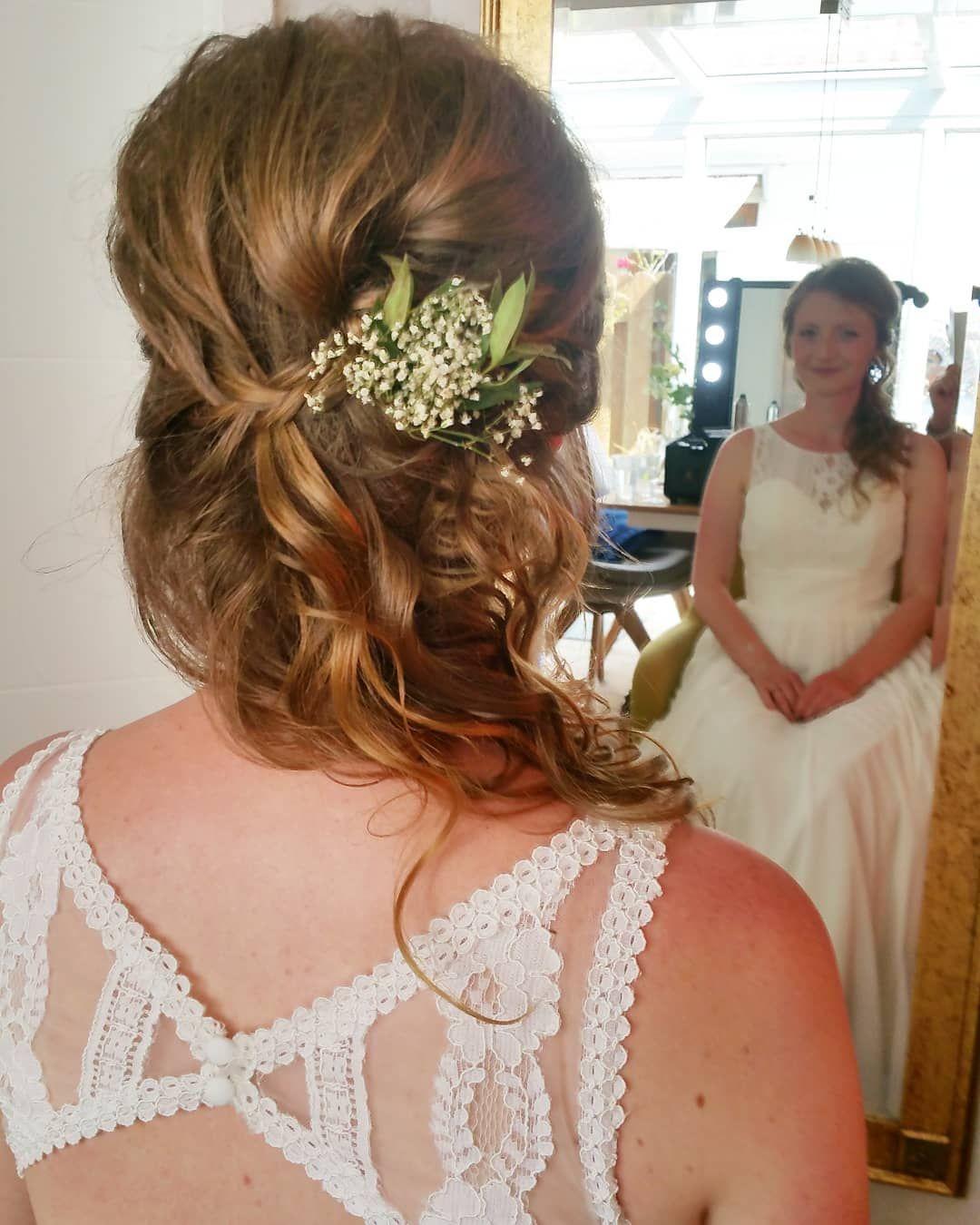 Sabines Frisur Und Make Up Die Blumen Im Haar Hat Sie Ausgesucht Und Im Begleitung Ihre Trauzeug Flower Girl Dresses Wedding Dresses Lace Wedding Dresses