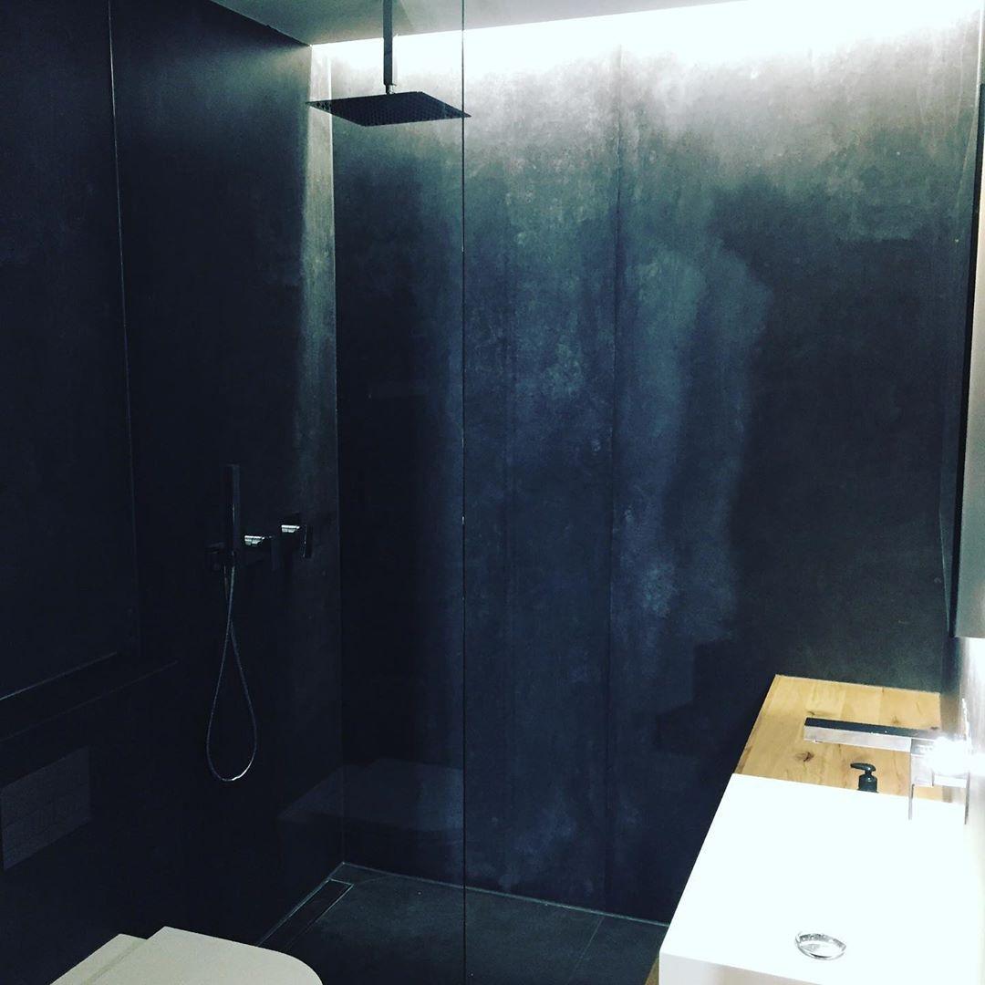 Ein Dunkles Cooles Bad Fugenlos Mit Aludibond Wandverkleidungs System Lightfall Massivholzkonsole Domovari Waschbecken Herzbach Armature Bathroom Bathtub