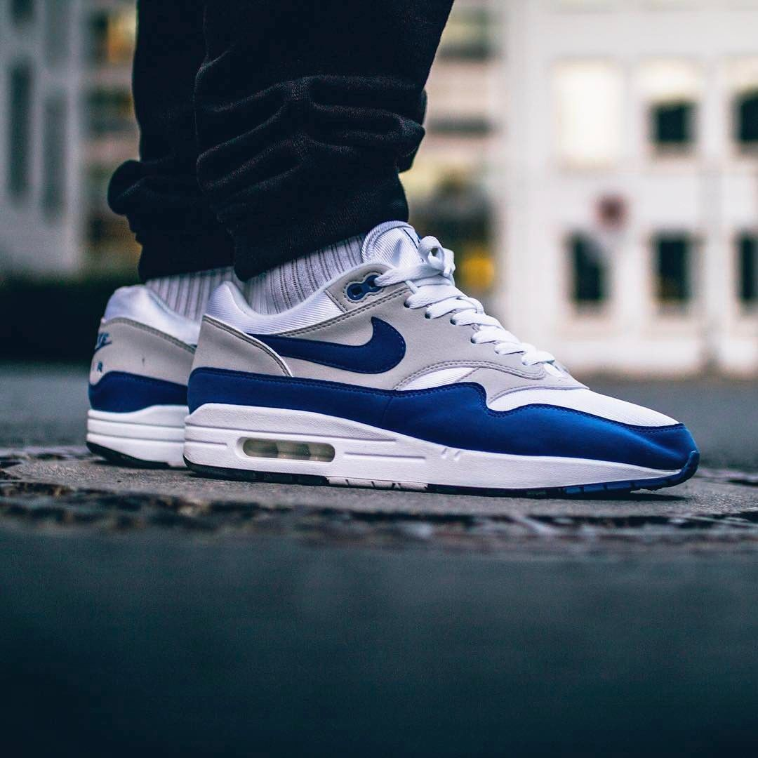 nike air max blue on top bianca on bottom