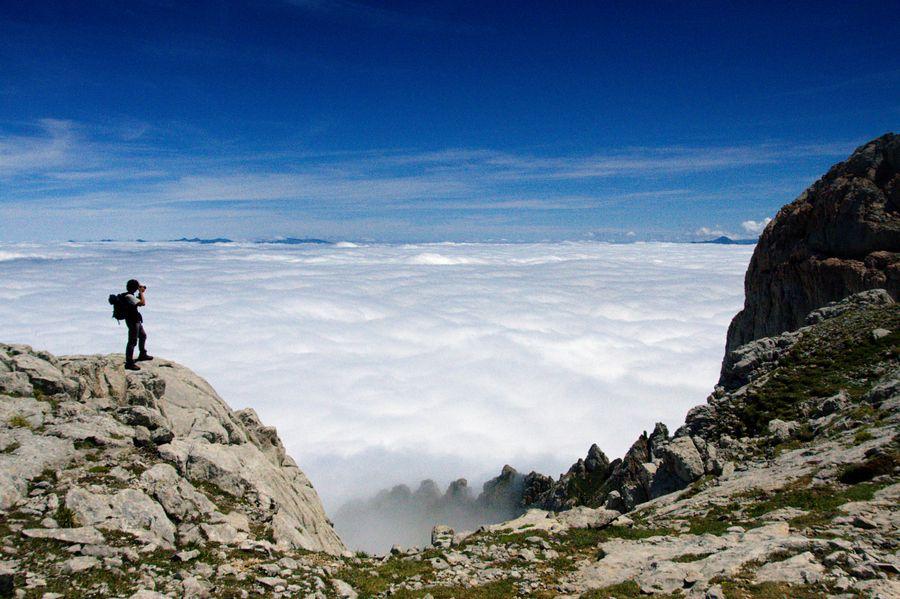 Pasear sobre las nubes... No dejes de visitar los Picos de Europa si vienes a  #Cantabria #Spain