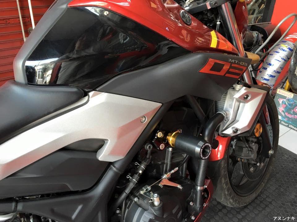 Frame sliders for Yamaha R3 & MT03, info: http://anunaki-parts.com ...