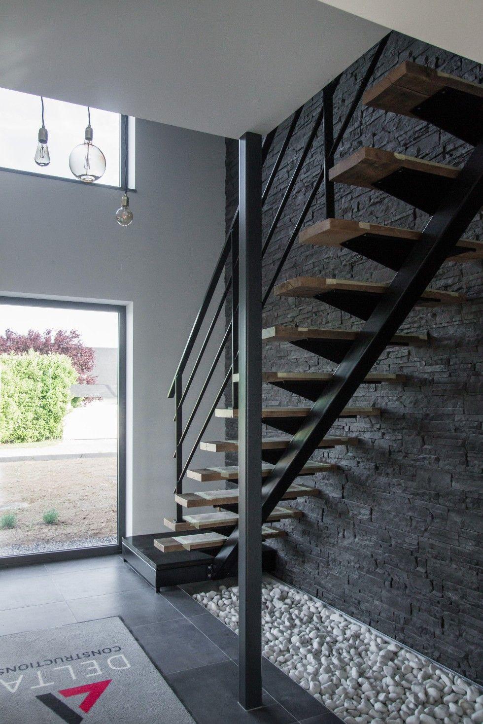 Escalier intérieur d\'une maison contemporaine à Omal | Delta ...