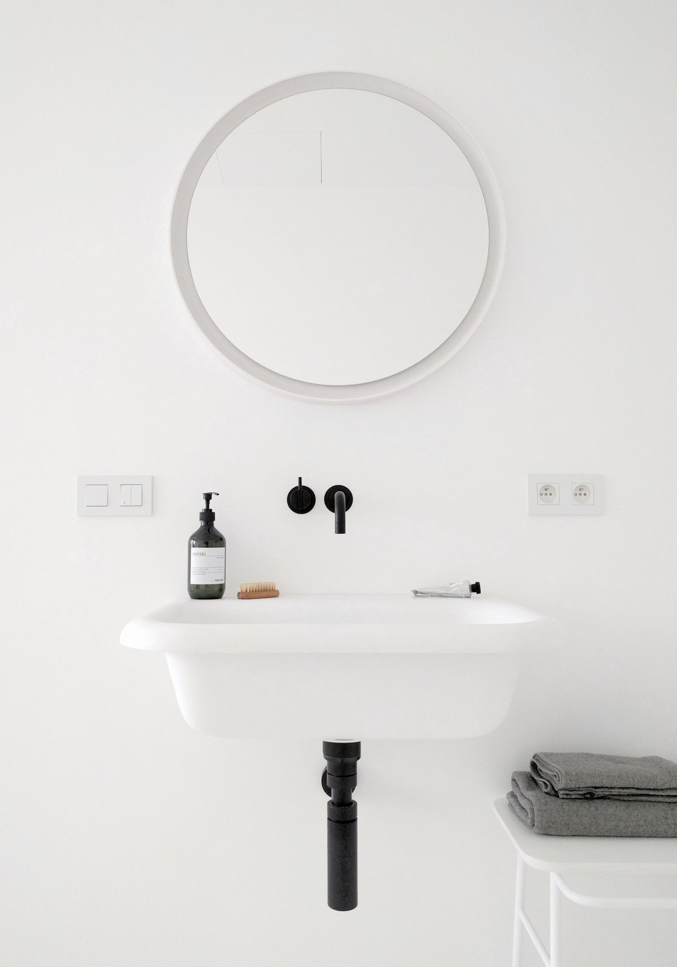 Espejo de pared Hub 91cm | Black white bathrooms, Faucet and Stools