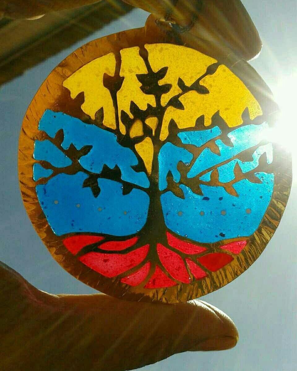 El sol siempre sale  Tricolores en cualquier parte del globo. Nuestra esencia nos acompaña siempre. #venezuela #talentovenezolano #disenovenezolano #arboldelavida #treeoflife #handcraftedjewelry #hechoamano #hechoenvenezuela #yogajewelry #jewelry #womenaccesories #trendy #fashion #chic #bohemianchic