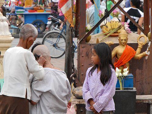 Scène de rue près d'une pagode à Phnom Penh by dalbera, via Flickr