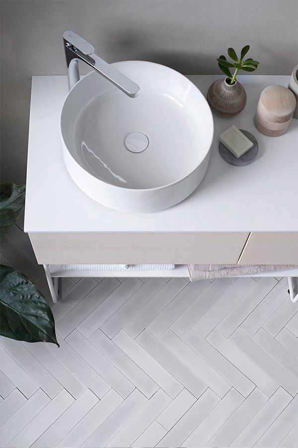 Photo of Ovanpåliggande tvättställ, round bowl, herringbone tile, fiskbenskakel