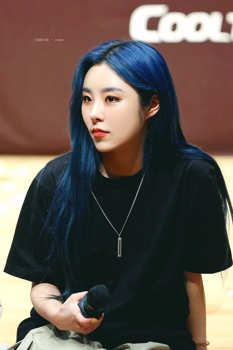 These Idols Look Amazing With Their Unique Eyebrow Hues In All The Colors Of The Rainbow This Trend Is Strange But Th Wheein Mamamoo Blue Hair Kpop Hair Color