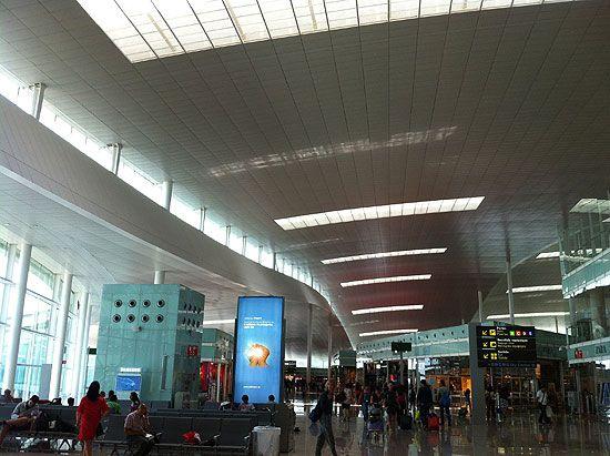 Zona comercial con tiendas cafeter as restaurantes y salas vip aeropuerto de barcelona el - Restaurante 7 puertas barcelona ...