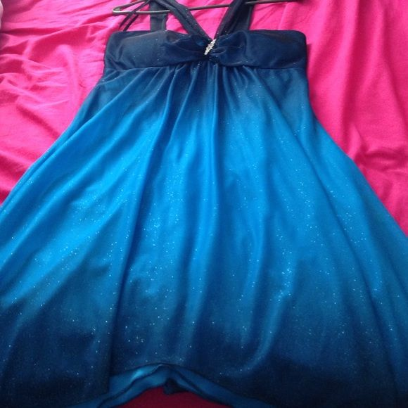 Ombré blue glitter homecoming dress Black V shaped straps, fades from black(straps) to navy blue(Breast area) to sky blue(Mid torso) back to navy blue(Bottom of dress), 2 layers(top layer is the ombré the bottom layer is solid blue, about the color of the mid toros/sky blue), has the hanger straps, zips in the back, covered in fine glitter B. Darlin Dresses
