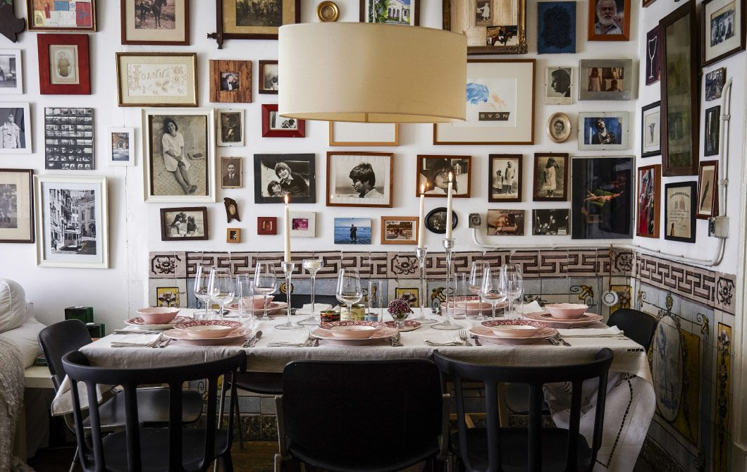 Mariin krásne prestretý stôl pripravený na prijatie hostí na večeru