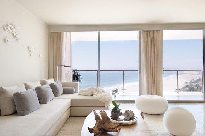 Feng Shui Wohnen Wohnzimmer Helle Farben Weisses Sofa Graue Dekokissen Gardinen