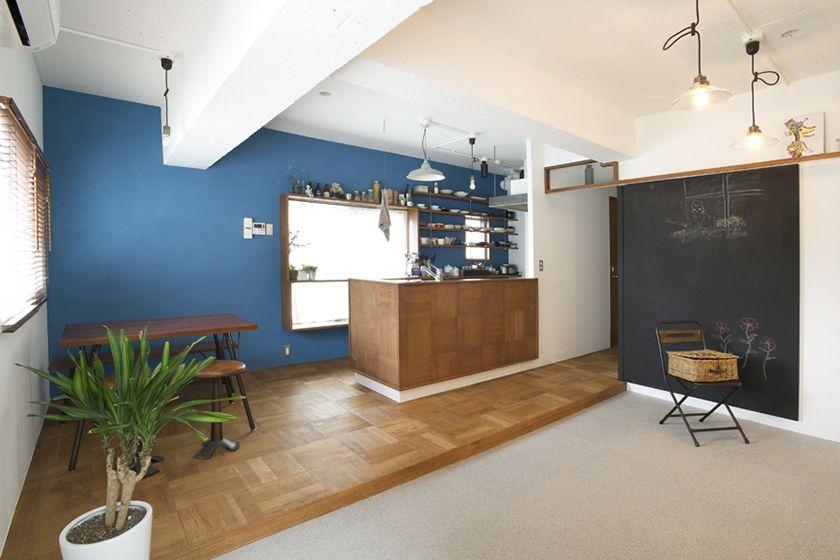 1960年代のアメリカ映画に出てくるようなオフィス Kemika 青い