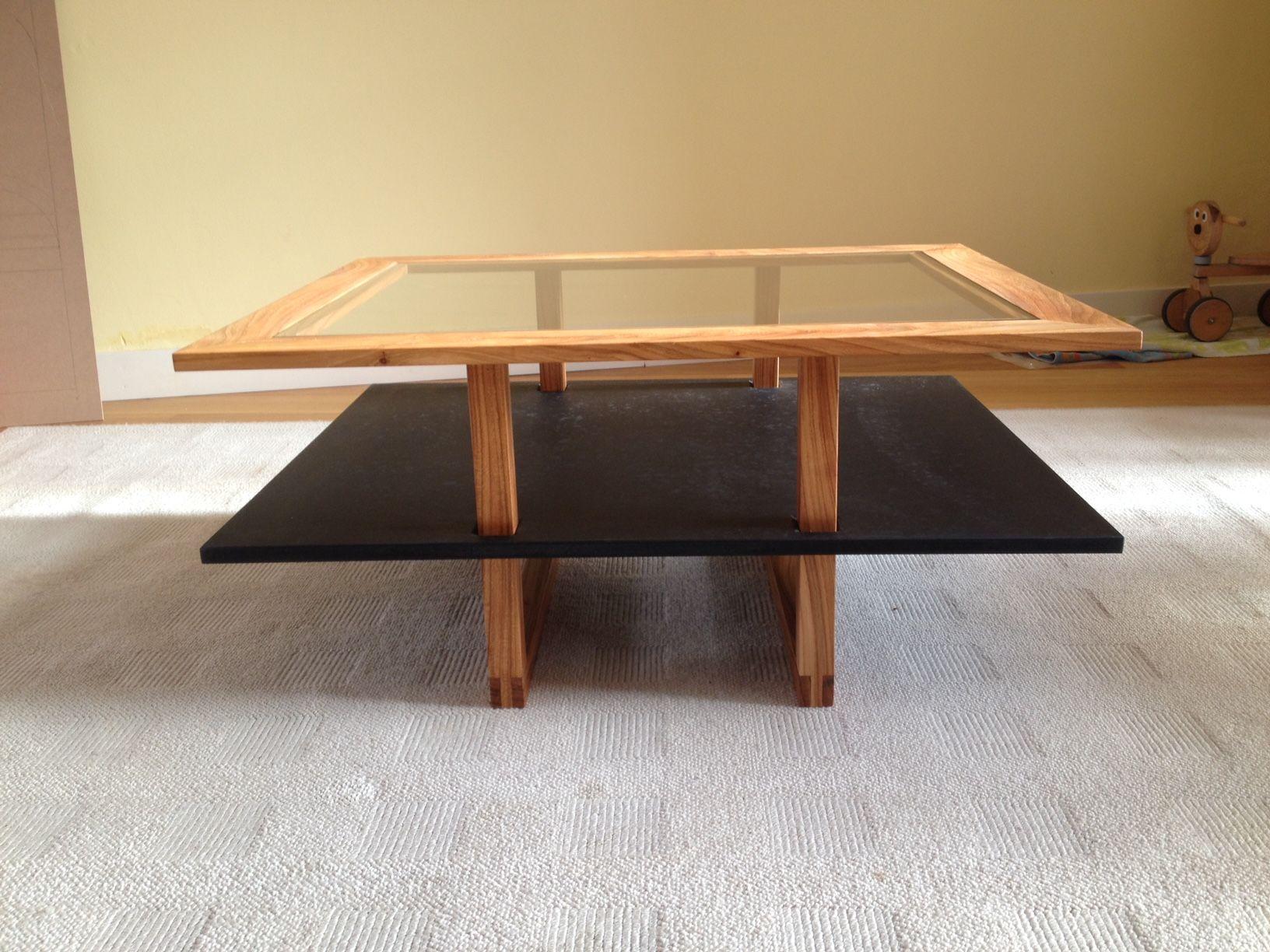 Glazen Meubels ~ De salontafel is gemaakt van iepenhout met een glazen blad en een