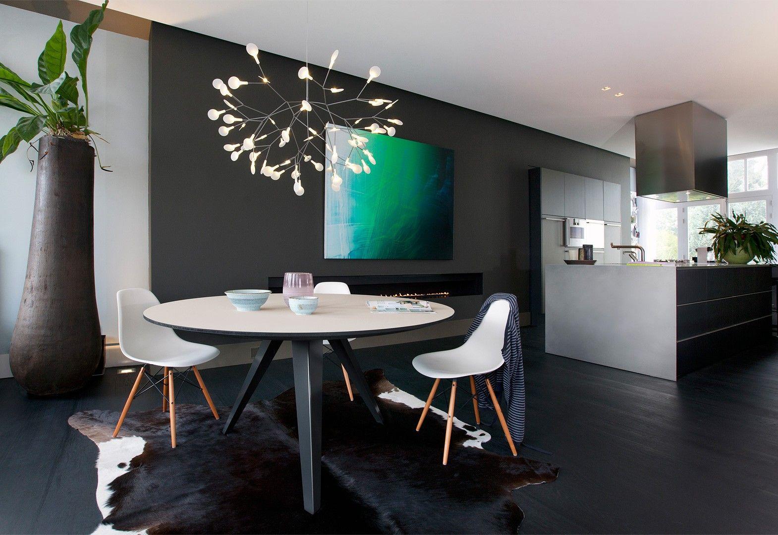 Bekijk de belly een ronde tafel in een modern design met stalen
