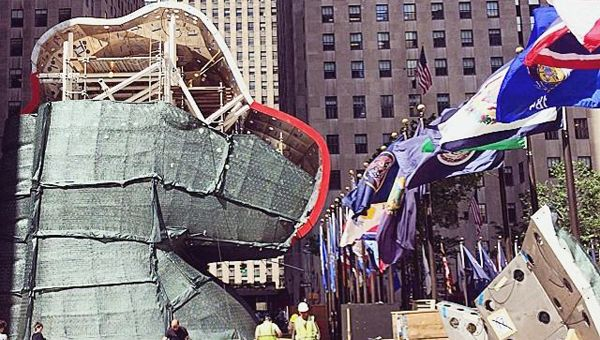 Jeff Koons at Rockefeller Center Looks Like a Robot - http://art-nerd.com/newyork/jeff-koons-at-rockefeller-center/