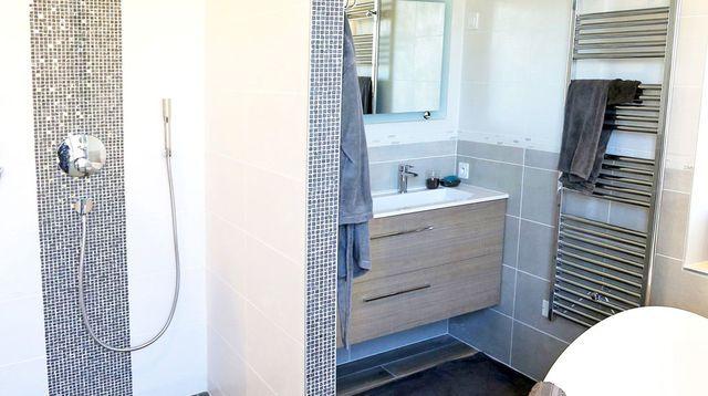 Chouette salle de bains moderne et fonctionnelle Salle bains