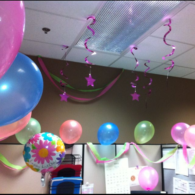 We decorated my friends cubical at work for her bday decoracion