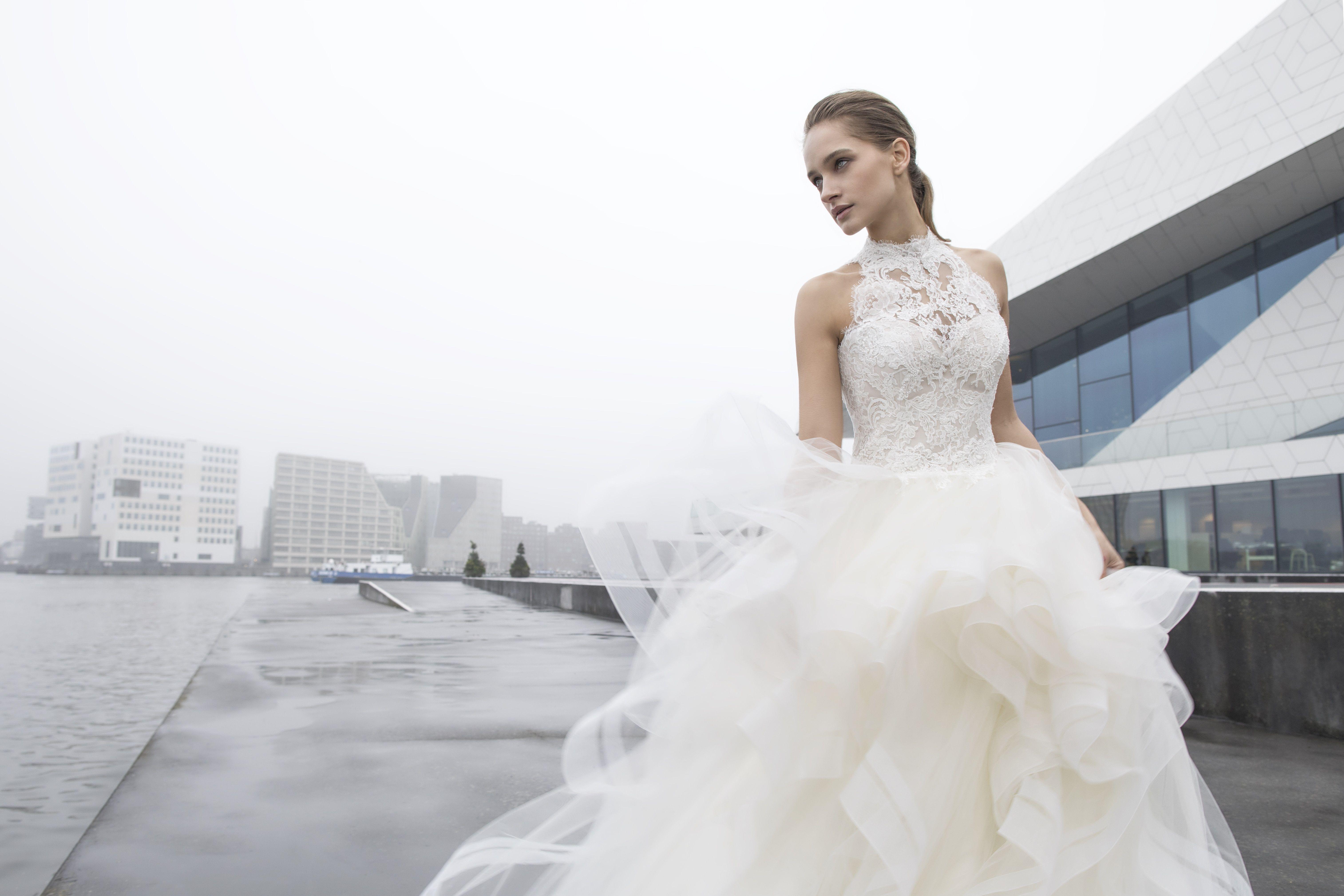 Stimmiges Design und schlichte Eleganz #Brautkleid aus der ...
